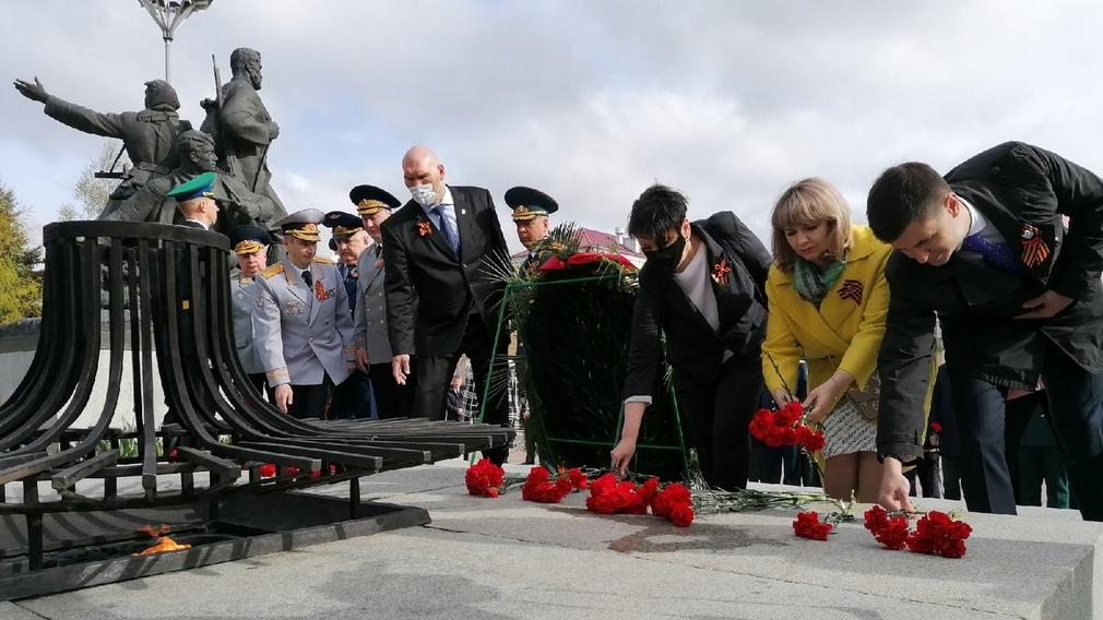 В Брянске прошла церемония возложения цветов к Вечному огню