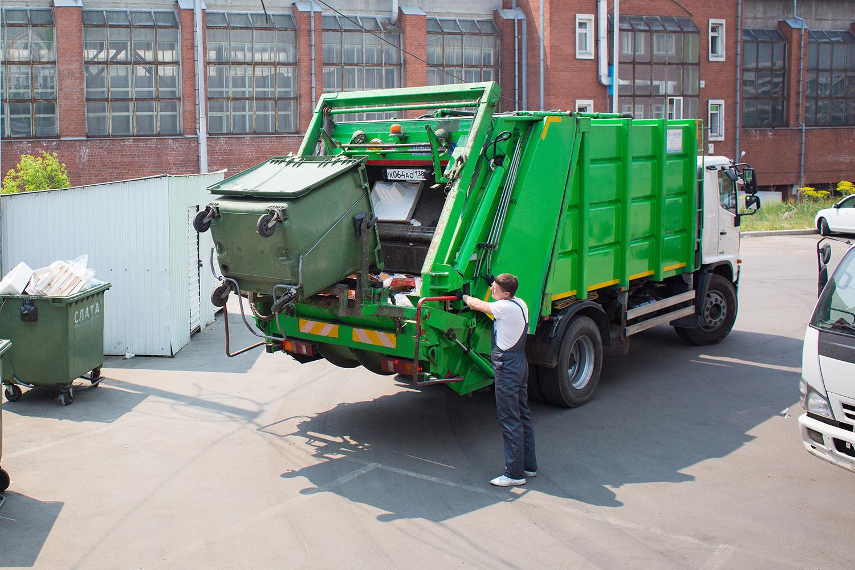 В городе Севске прокурору Гильдикову пожаловались на фиктивный вывоз мусора