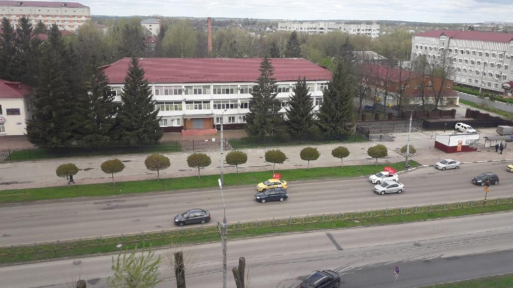 В Брянске таксисты устроили парад с красными флагами Победы
