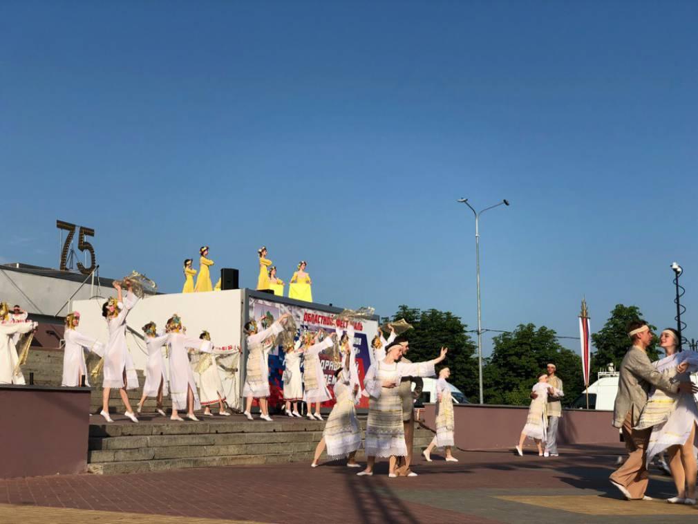 В Брянске празднование Дня Победы продолжилось концертами на городских улицах