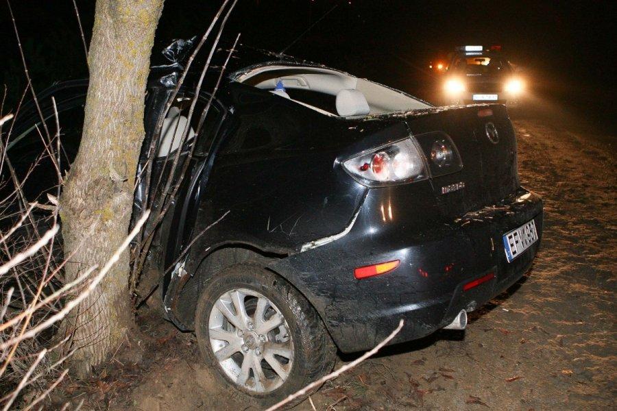 В Брянске водитель автомобиля Volkswagen врезался в дерево и скрылся