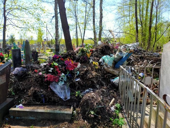 Жителей Клинцов возмутила свалка на зубовском кладбище