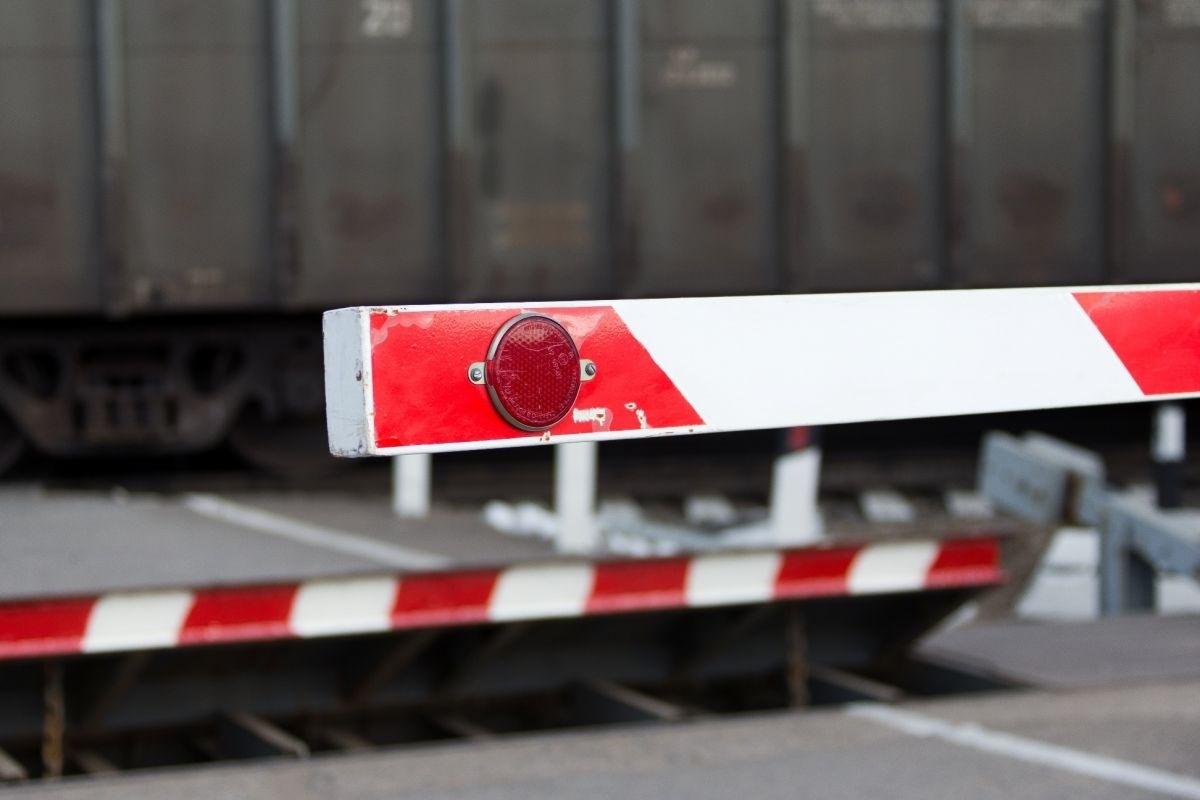 На время в Брянске закроют железнодорожный переезд 17 мая