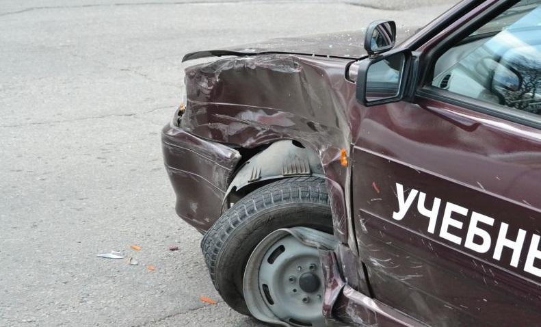 В Брянске на улице Романа Брянского столкнулись учебный и легковой автомобили