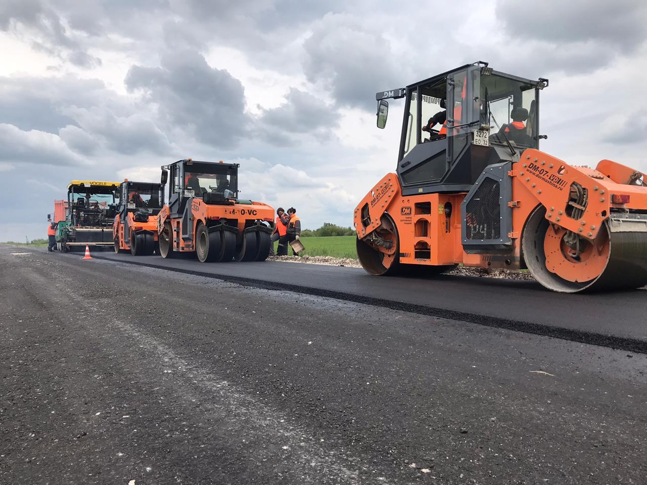 Идет ремонт автодороги в Жирятинском районе на Брянщине