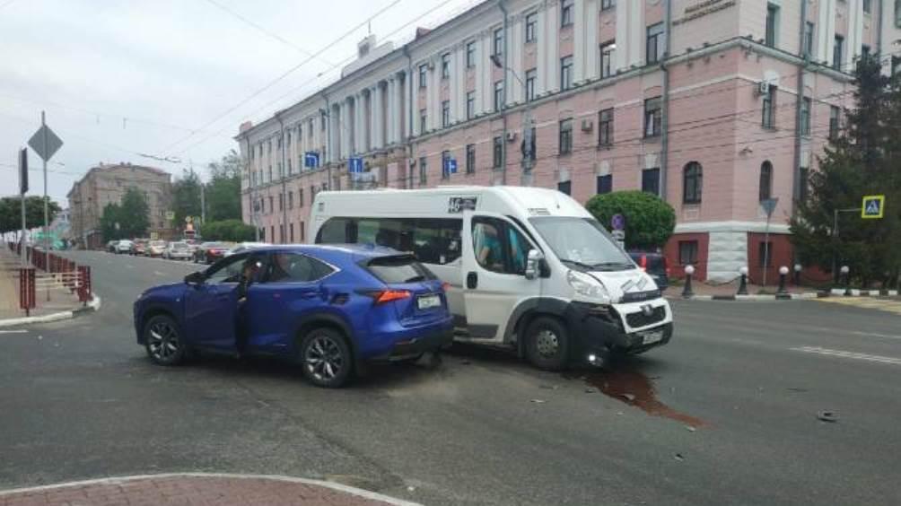 В Брянске возле ЦУМа столкнулись иномарка и маршрутка № 46