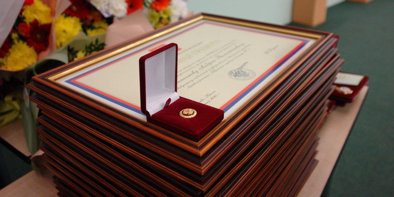В Брянске наградили более 60 работников медицинских учреждений области