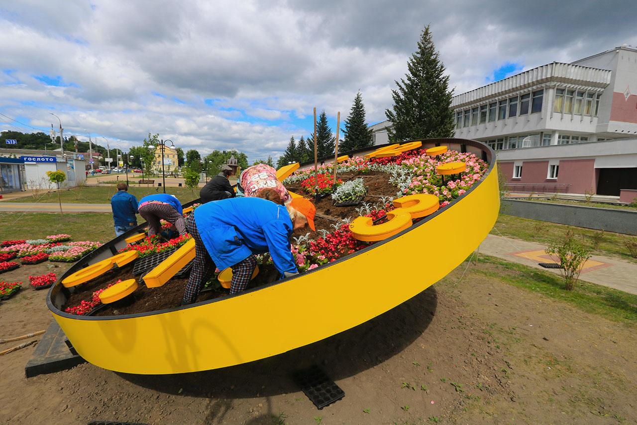 В Брянске в клумбу в форме часов на Славянской площади высадили бегонию