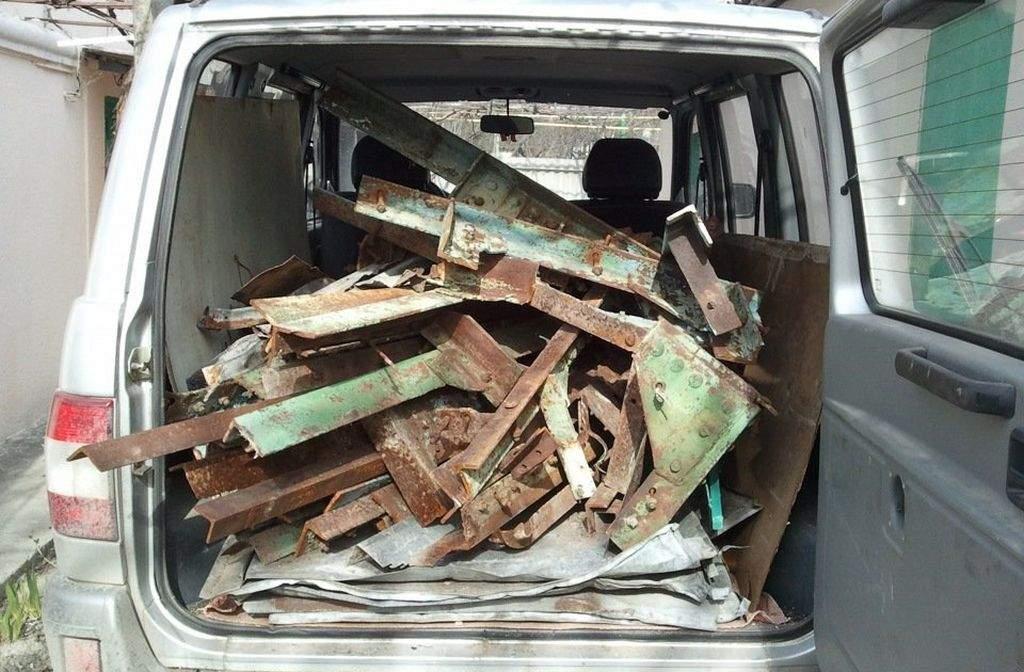 Из двух дач в Брянске двое парней украли ванны и сдали их в металлолом