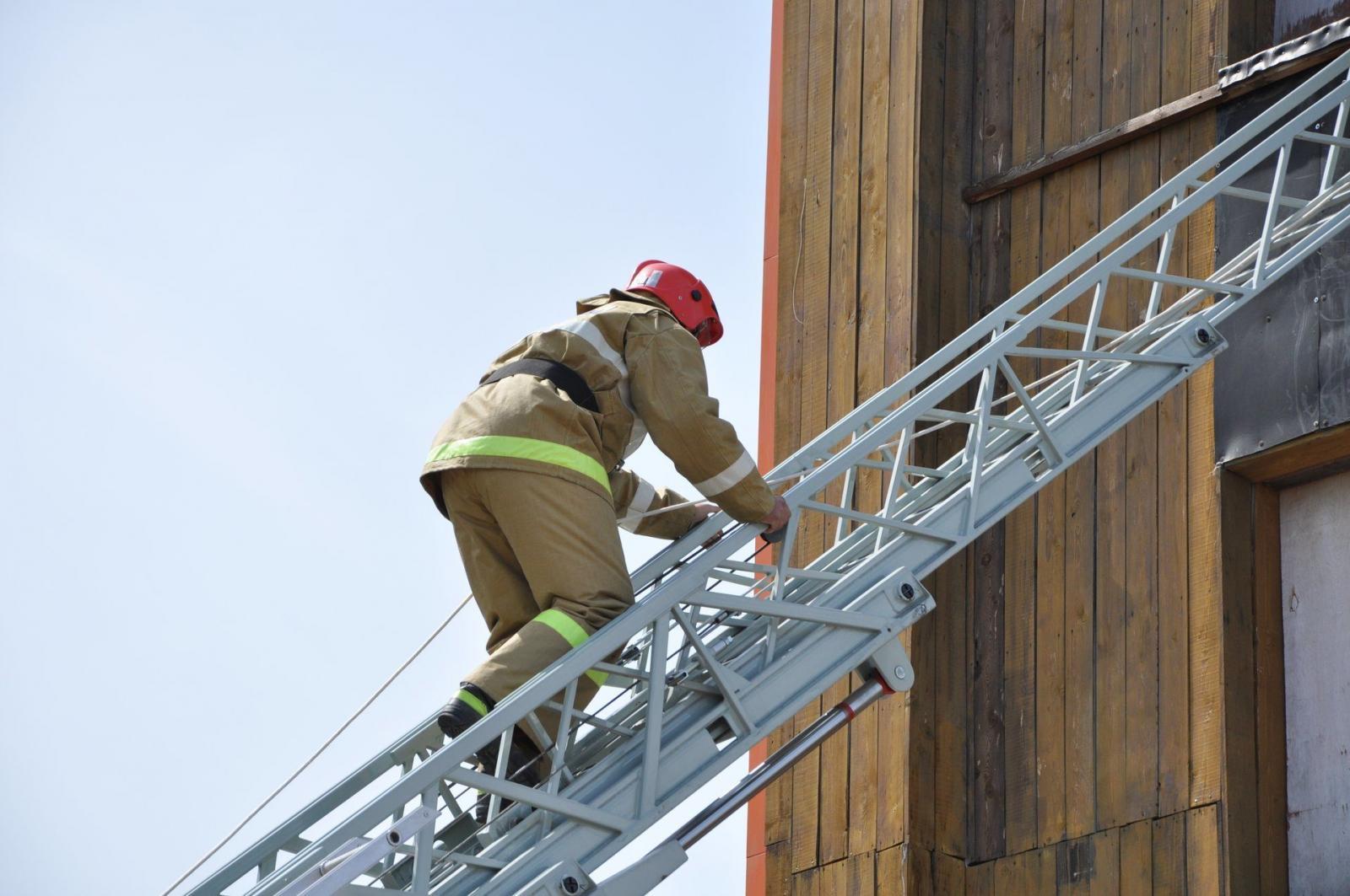 Самый быстрый брянский пожарный поднялся на 18-й этаж за 1 минуту и 41 секунду