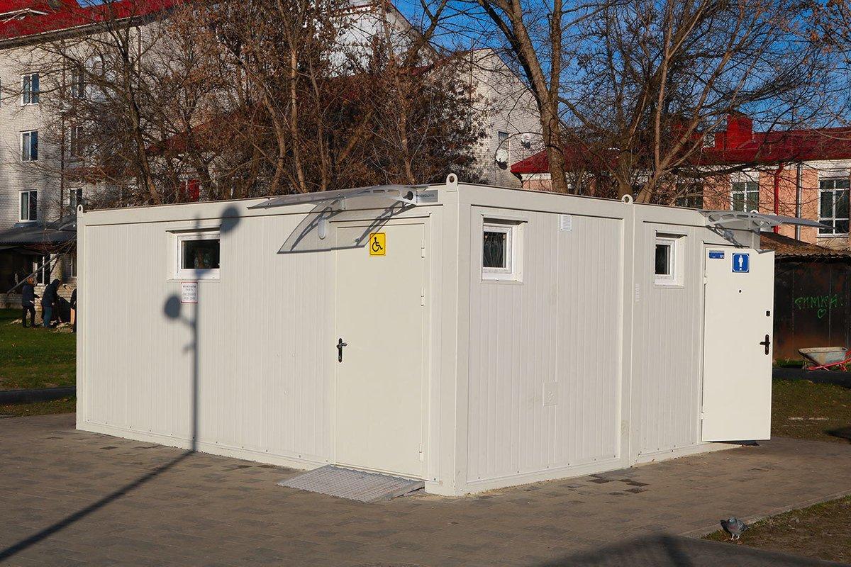 В Брянске в Майском парке малолетние вандалы изуродовали туалет