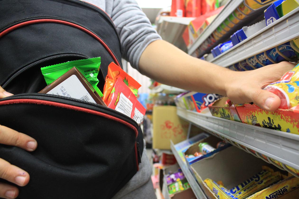 В Брянске из сетевого магазина голодный вор украл продукты