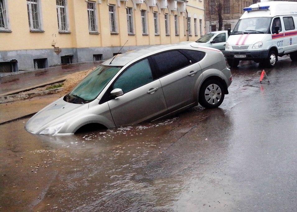 В Брянске на улице Димитрова несколько машин провалились в яму