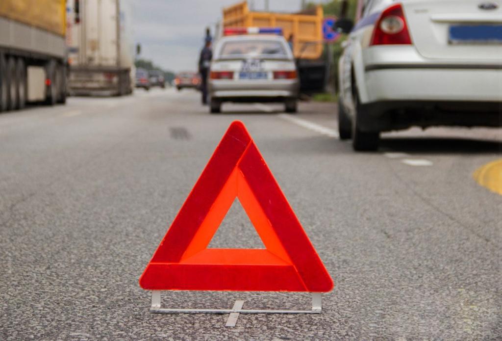 В Брянске на Красноармейской КамАЗ МЧС не поделил дорогу c легковым такси