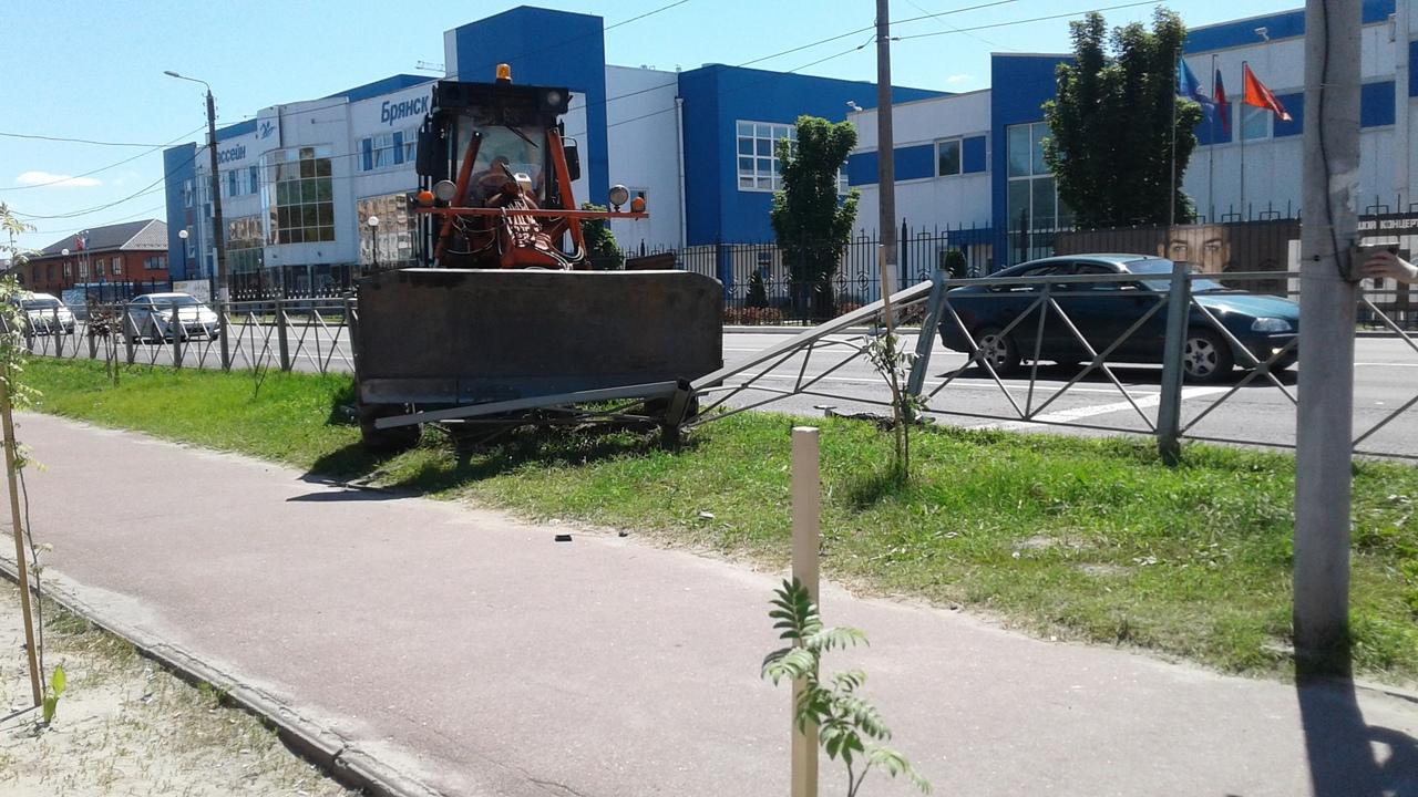В Володарском районе Брянска водитель грейдера снес забор