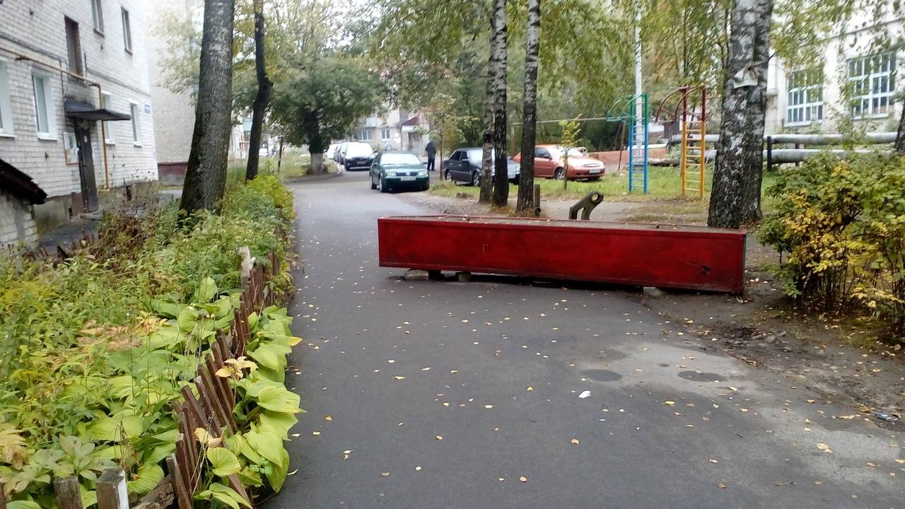 В Советском районе во дворе многоэтажки автомобили перекрыли въезд мусоровозу