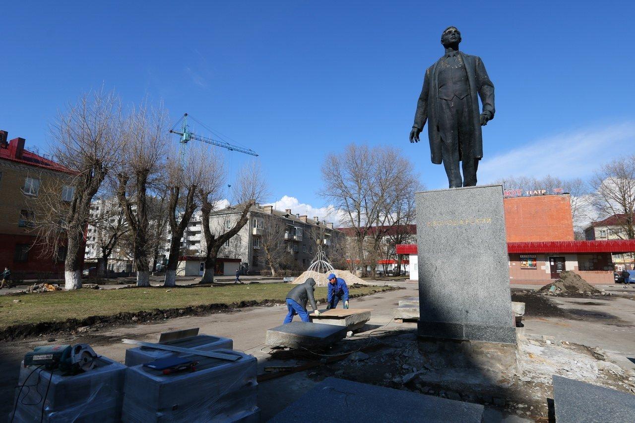 В Брянске в сквере возле кинотеатра «Салют» обновили памятник Володарскому