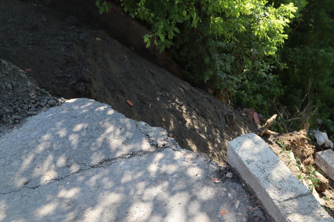 В Брянске ликвидируют провал грунта возле дома №95 на улице Фокина