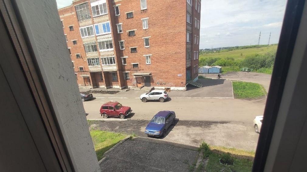 В Брянске сфотографировали загораживающего подъездную лестницу автохама