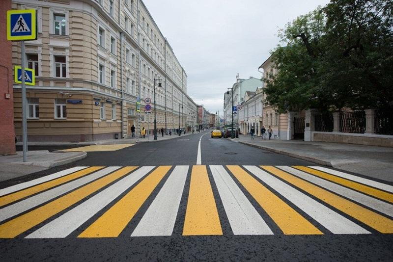 В Брянске на проспекте Ленина автохам едва не наехал на пешеходов