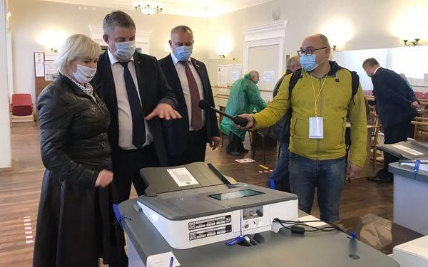 Губернатор Брянской области Александр Богомаз посетил избирательный участок № 45 в Бежицком районе