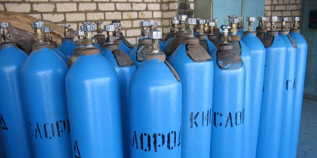 Жители Фокино выгрузили баллоны с кислородом для коронавирусного госпиталя