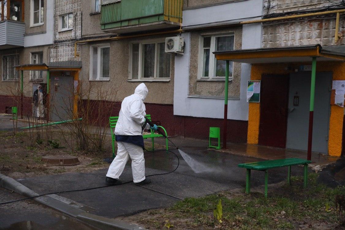 В Брянске проводят дезинфекцию придомовых территорий и детских площадок