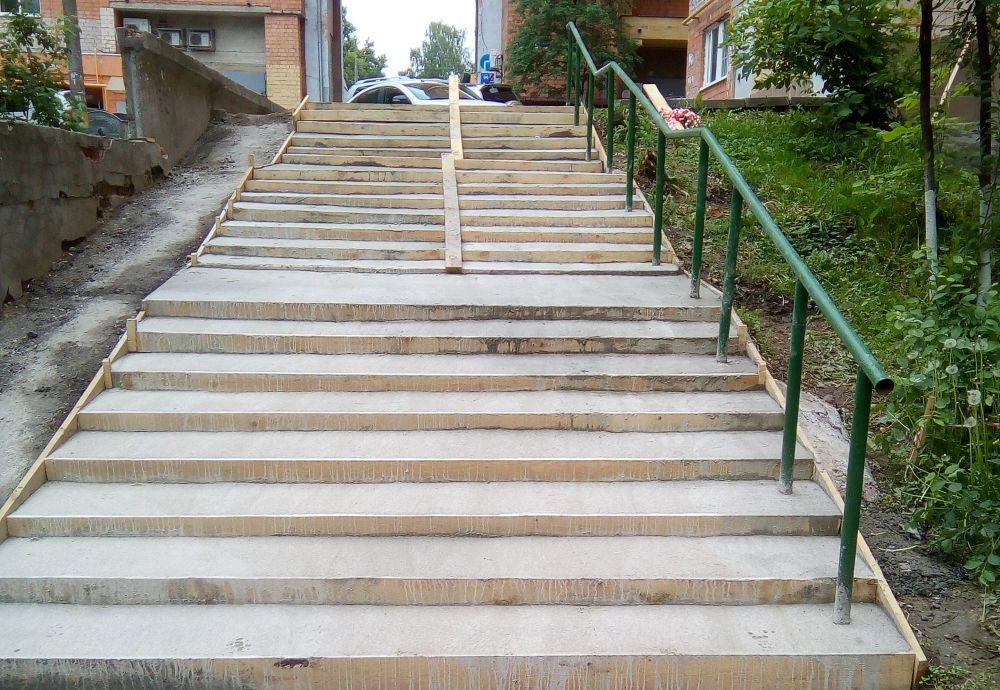 В Советском районе продолжается ремонт пешеходных лестниц по улице Кулькова
