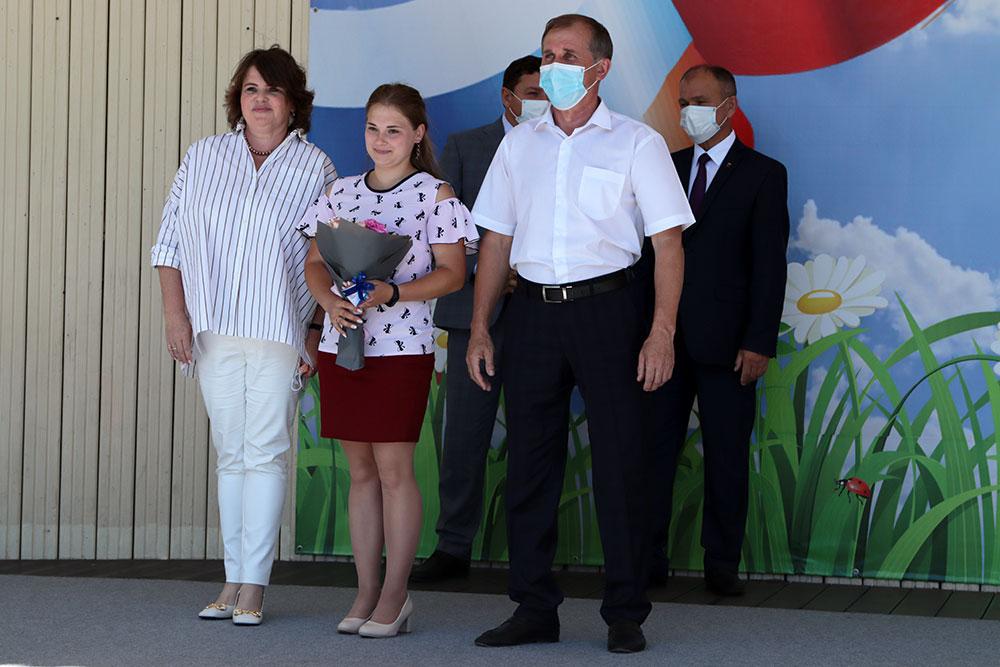 В Брянске накануне Дня семьи, любви и верности дети-сироты получили ключи от квартир
