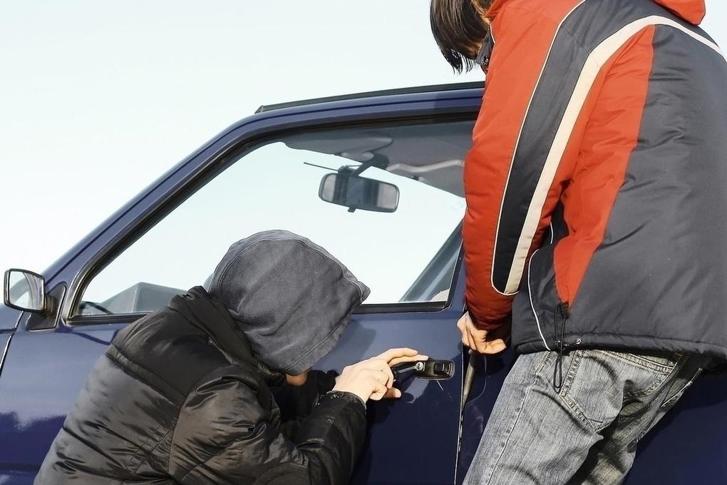 В Бежице видеокамера сняла подростков, обокравших ночью автомобиль