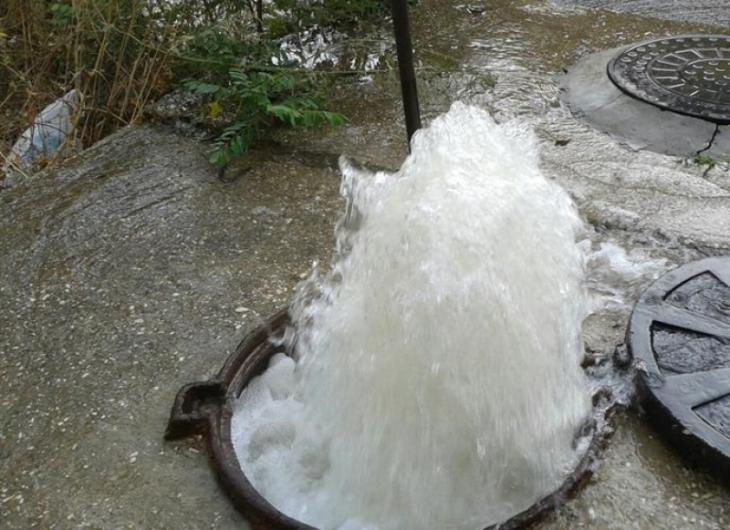 В городе Клинцы из канализационного люка больше месяца бьет фонтан