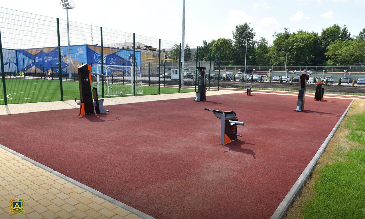 В Брянске на машзаводе открыли спортплощадку с футбольным полем и воркаут-площадкой