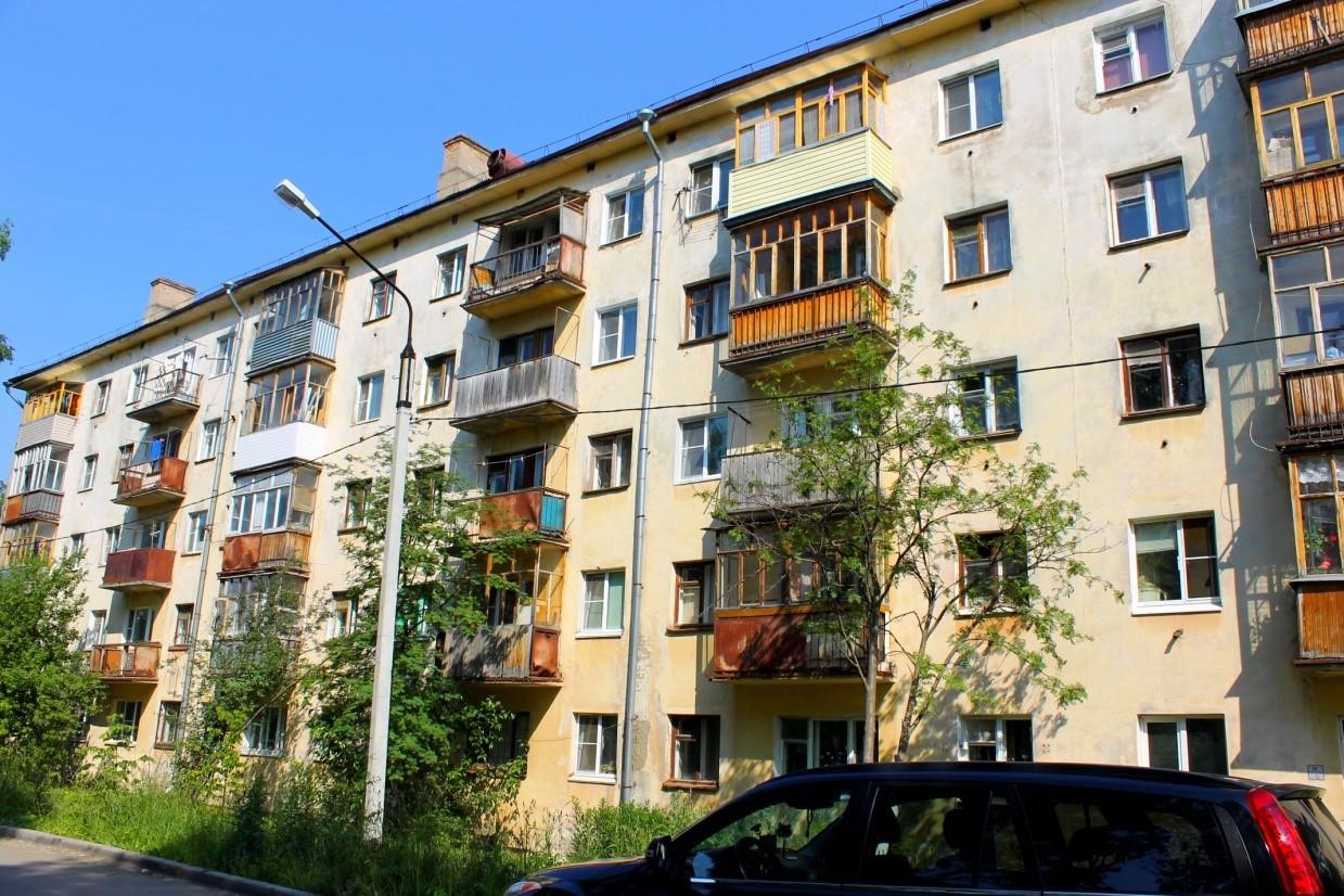 На телецентре в Брянске с 4-го этажа выпала пенсионерка