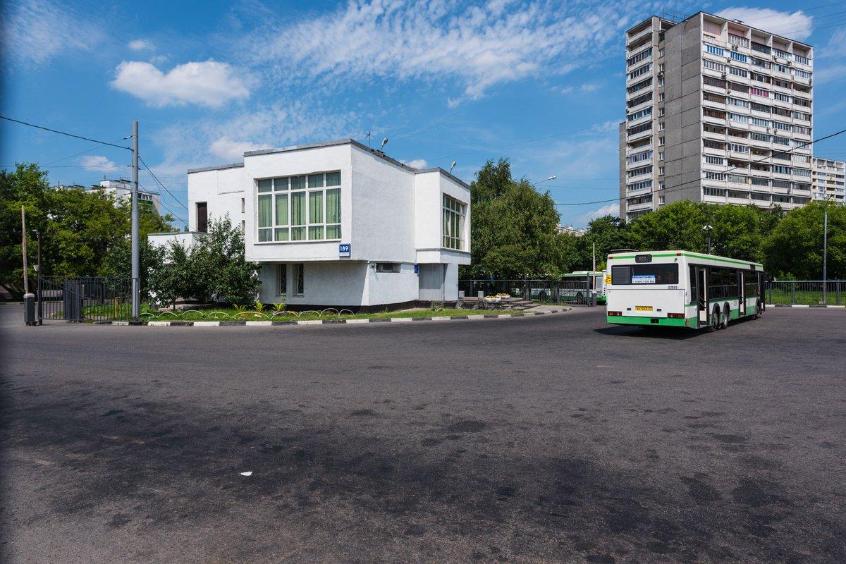 В Брянске возле школы №61 появился павильон для отдыха водителей и кондукторов