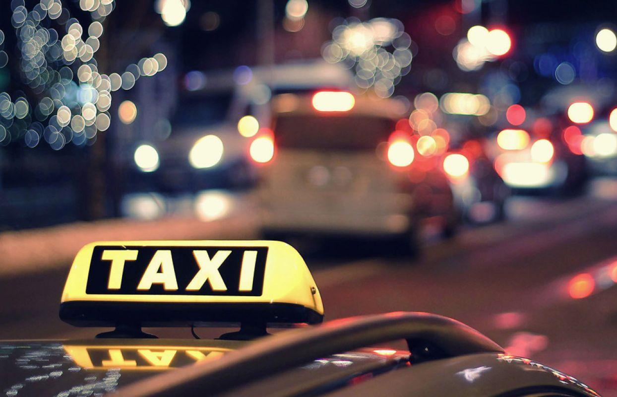 В Брянске таксист вернул подростку потерянный телефон и деньги
