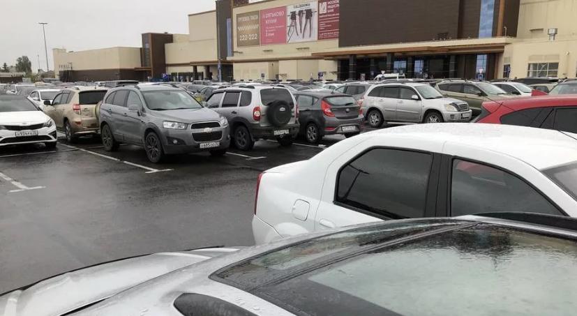 В Советском районе на парковке у ТРЦ «Аэропарк» автомобиль Volkswagen сбил мужчину