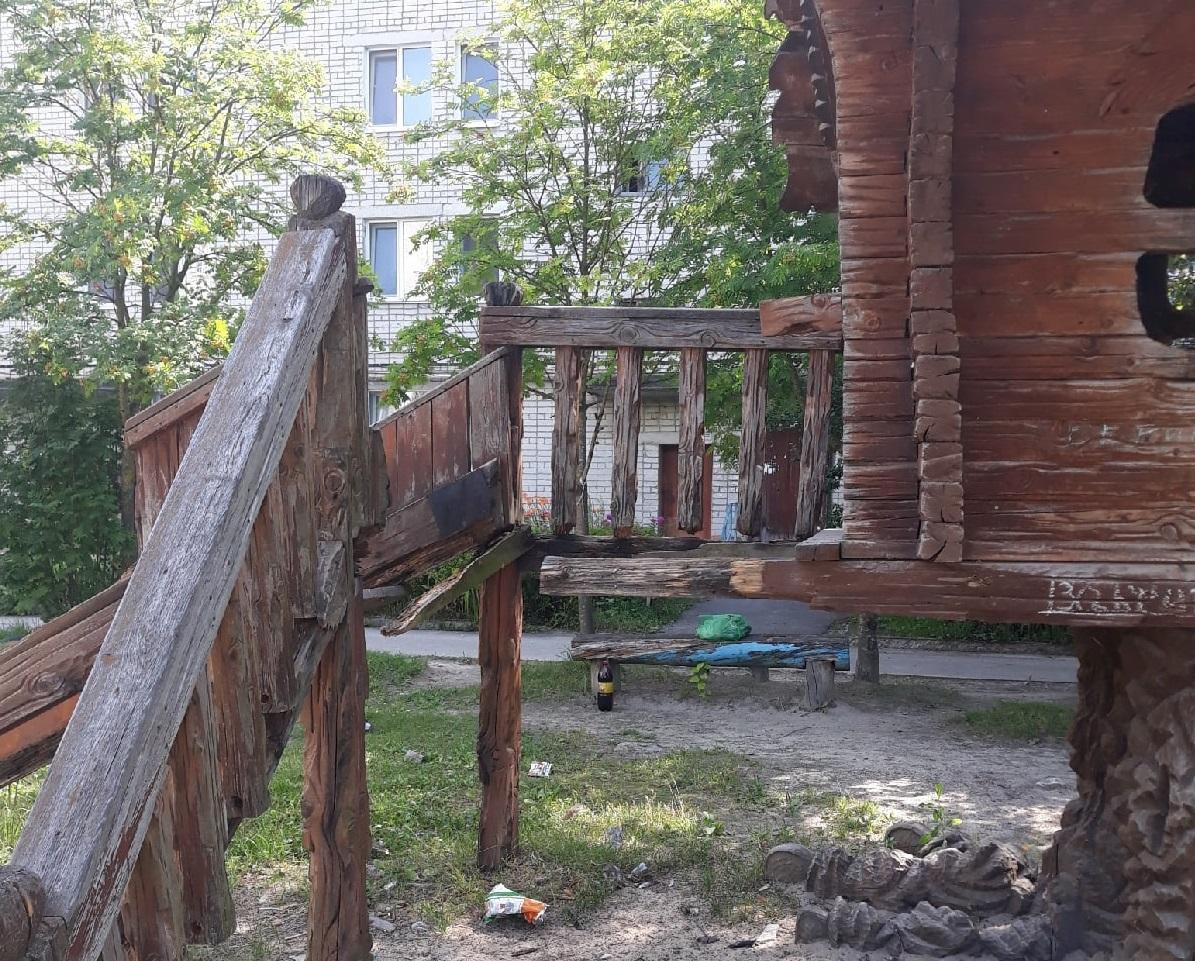 Жители города Фокино просят отремонтировать аварийную избушку Бабы-Яги
