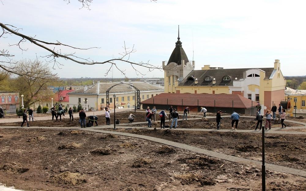 В саду Победы в Брянске организовали регулярный полив деревьев