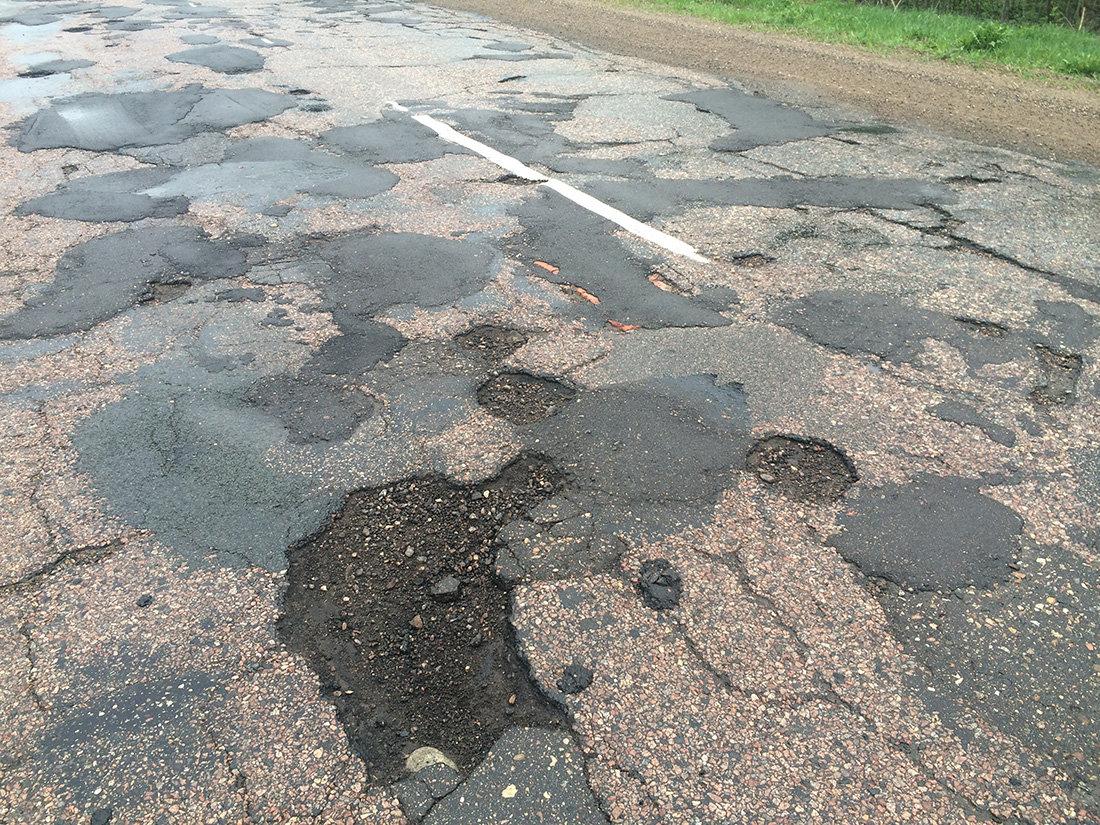 В Брянске чиновница назвала убогий ремонт асфальта на улице Грибоедова удовлетворительным