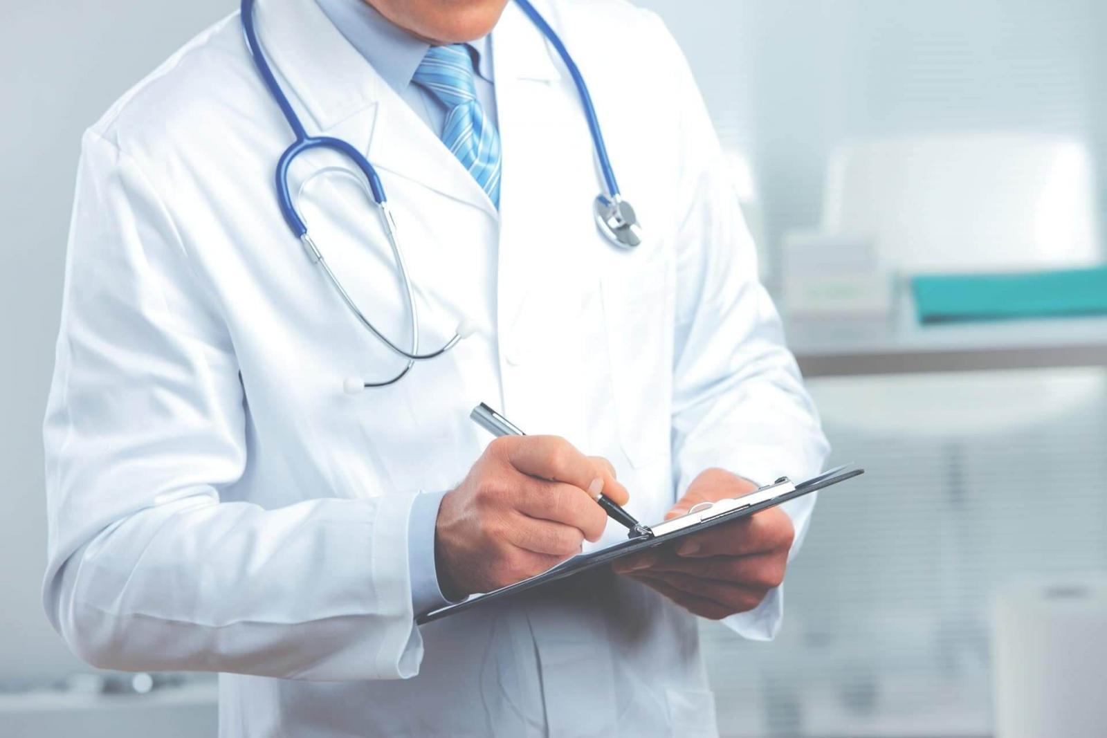 Боровшихся с COVID-19 медиков предложили отправить на досрочную пенсию