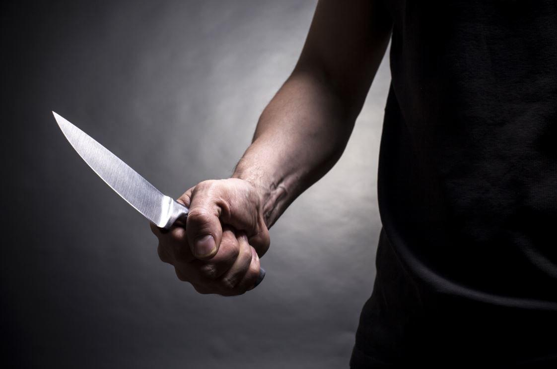 В Клинцах трое парней с ножом отняли у ровесника часы