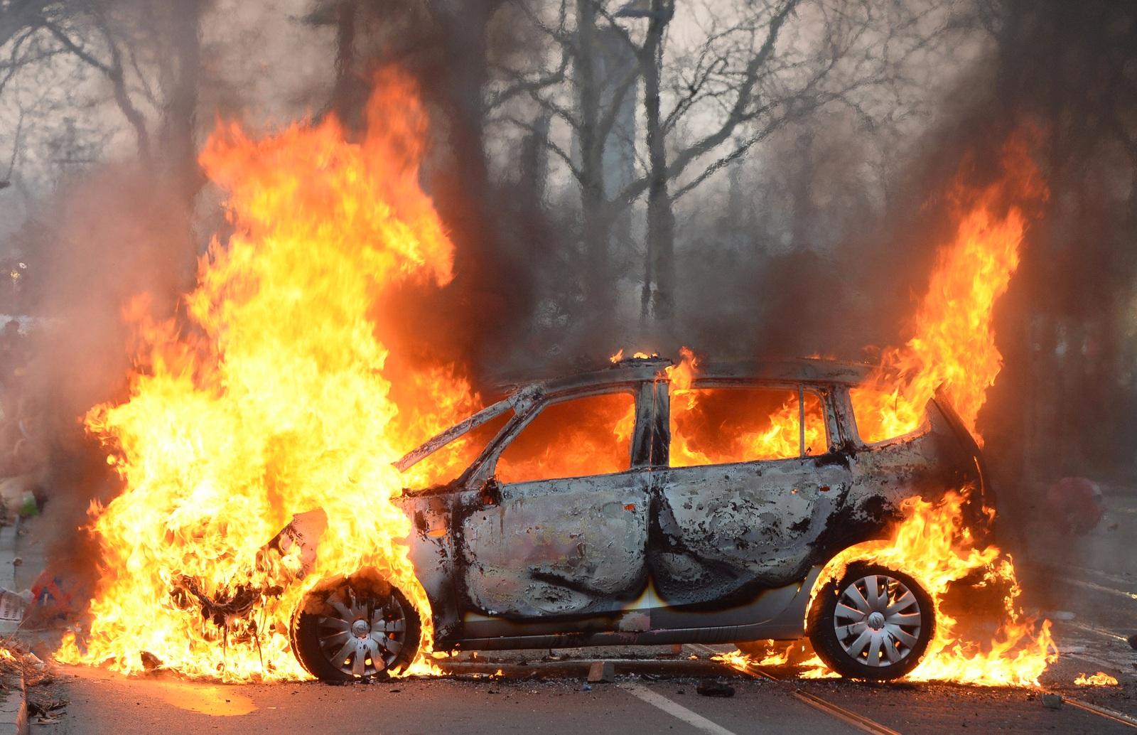 В Новозыбкове сгорели автомобиль и гараж