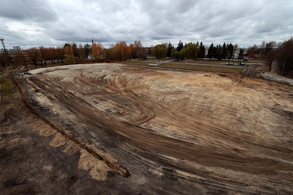 В Бежицком районе на стадионе «Камвольщик» готовят основание для футбольного поля