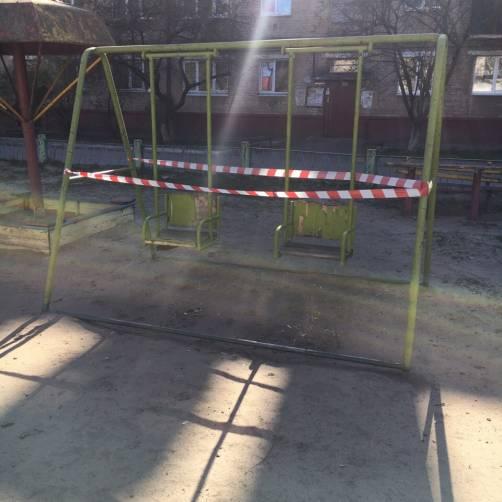 В Брянске закрыли вход на детские площадки во дворах