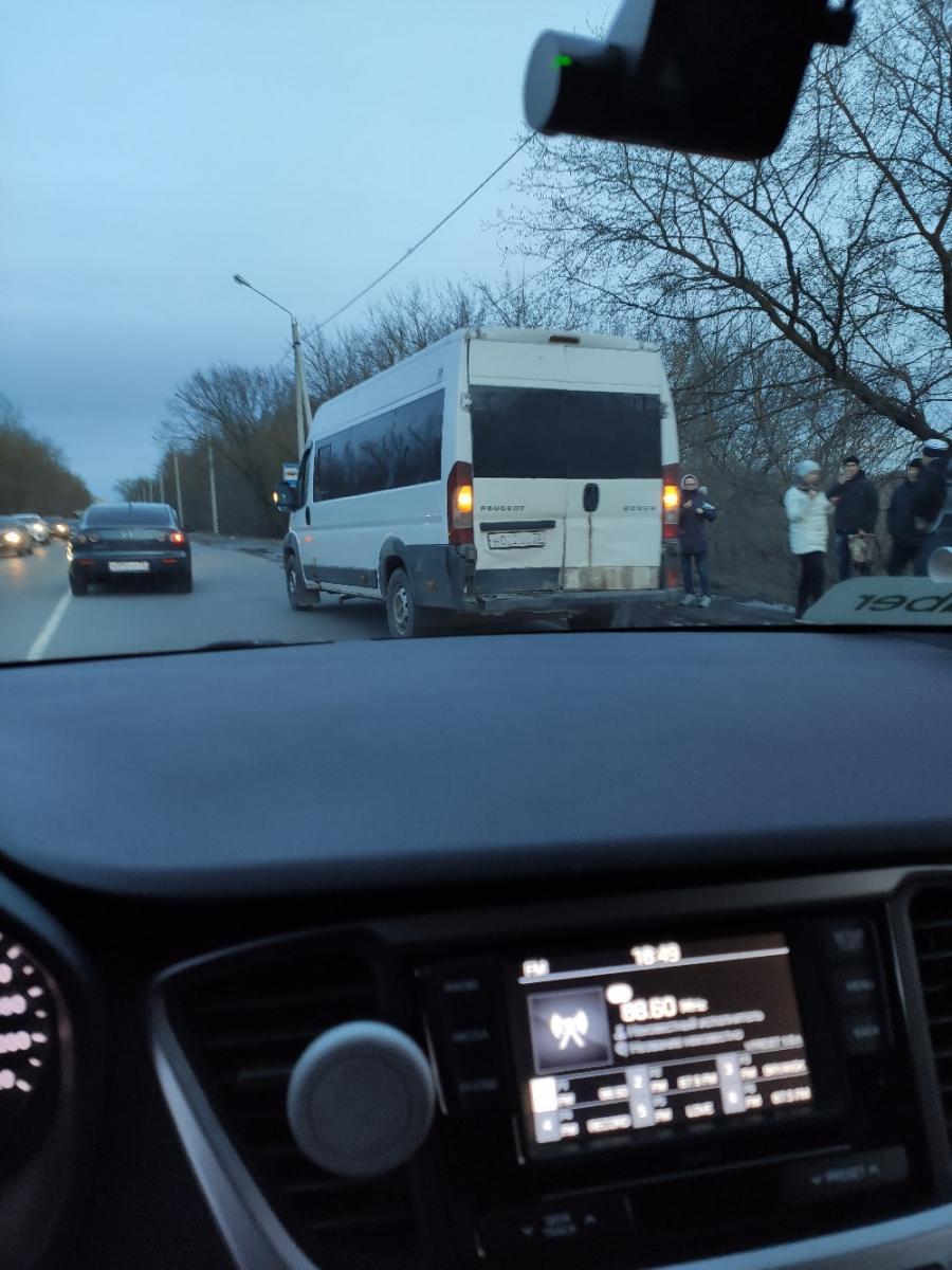 На Речной в Брянске маршрутка попала в ДТП