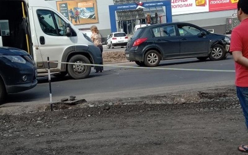 В Брянске возле «Спортмастера» столкнулись легковушка и маршрутка
