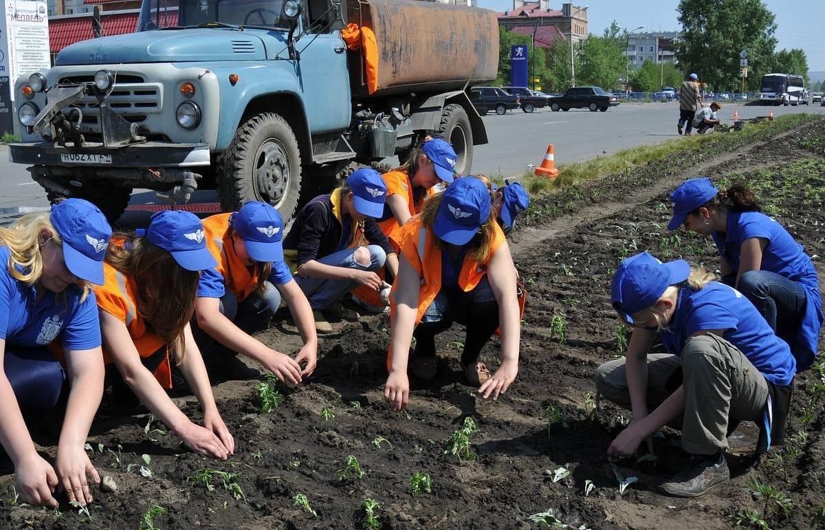 В Брянске летом для подростков организуют 740 рабочих мест с выплатой зарплаты