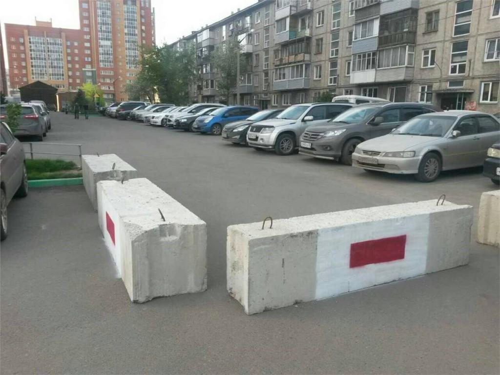 В Брянске бетонными блоками перекрыли въезд во двор на улице Советской