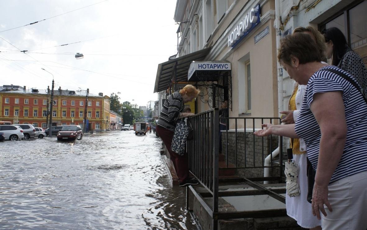 Самый мокрый тротуар на улице Брянского Фронта после ливня снова стал непроходимым