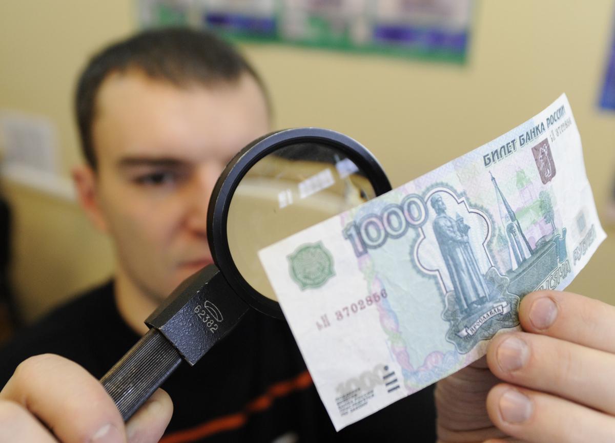 Брянские полицейские поймали фальшивомонетчиков из Калуги при сбыте денег